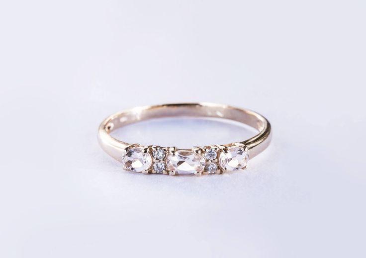 Prsten vyrobený z růžového zlata je dozdobený o jemné růžové morganity a drobné diamanty.  #klenotacz #klenota #zlatnictvipraha #sperkarstvipraha #klenotnictvipraha #sperky #jewellery #jewelry #jewelrymaking #jewelrydesign #klenoty #luxury #luxuryjewels #luxus #luxusni #moda #czechrepublic #diamantes #diamant  #morganit #diamond #rosegold #diamondjewelry #zasnuby #zasnubni #zasnubniprsten #engagement #engagementring #prsten #prstynek #ring #diamondrings