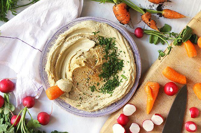 Tjock, krämig och vitlökig. Den här användbara röran får en frisk syrlighet från kronärtskockhjärtan och äppelcidervinäger. Den är perfekt att ha med sig i en burk tillsammans med färska grönsaker som ett proteinrikt, mättande och urgott mellanmål!