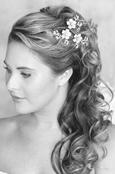 Dit is echt een heel mooi kapsel voor de bruidsmeisjes. Vooral het detail met bloemetjes is echt super! Optie 1