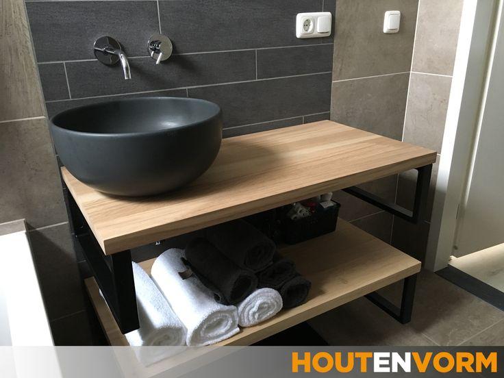 Een mooie ruimtebesparende oplossing voor in de badkamer. Wastafel plank en handdoekenplank met stalen handdoekdragers. Stoer, functioneel en ruimtelijk.