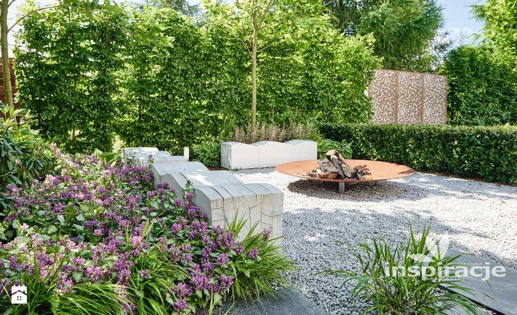 Ogród z nowoczesnym paleniskiem - zdjęcie od Studio projektowe INSPIRACJE - Ogród - Styl Nowoczesny - Studio projektowe INSPIRACJE