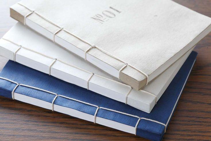 「トウキョウワホン」は日本古来の伝統的な和綴じ(わとじ)本を作っています。紙を折り揃え、ひと針ひと針縫い留める本式の和綴じ製本。綴じ…
