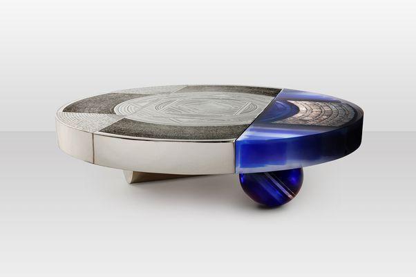Emmanuel Jonckers Jenatzy, table basse en maillechort et résine transparente avec inclusions d'aluminium et stries de résine bleue, h. 36,5 cm, diam. 122 cm.