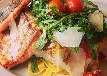 Pstruh lososovitý s tagliatelle a zeleninou