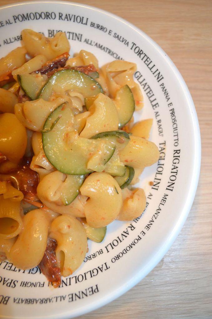 One pot pasta aux saveurs méditerranéennes (mozzarella-courgettes-tomates séchées)