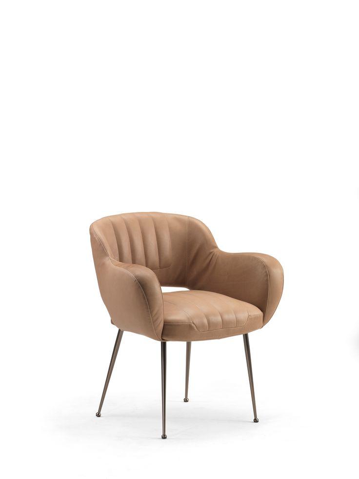 Miss Malice, la sedia  dal forte sapore vintage soprattutto nella versione in pelle sfoderabile, con sottili piedi in metallo verniciato, ha un design accogliente, nella parte centrale della seduta e dello schienale ha una maggiore imbottitura per esaltare le linee di morbidezza.