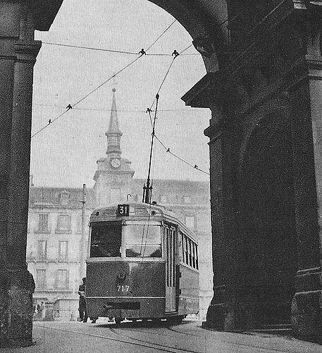 TRANVIA SALIENDO DE LA PLAZA MAYOR A LA CALLE TOLEDO - 1951