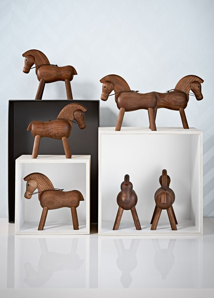 Med strunk holdning, kraftig man og tøjlerne klar inviterer hesten til at tage på fantasirejser i munter galop. Hesten fra Kay Bojesen så dagens lys første gang i begyndelsen af 1930'erne.  #inspirationdk #nyhed #danskdesign #KayBojesen #hest #trædyr