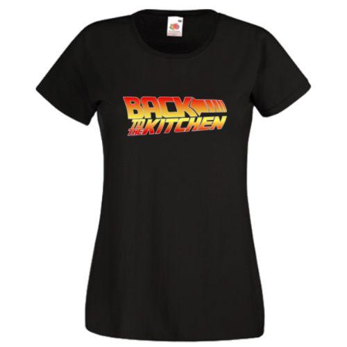 """Daca va plac filmele """"Inapoi in Viitor"""" (Back to the Future), atunci va place acest design! Cadoul ideal pentru acea doamna speciala din viata dvs. - fie prietena, sotie sau prietena unui prieten! Desigur, nu excludem ideea ca bucatareasa sa fie bucatar, asa ca va oferim si varianta masculina de tricouri si hanorace.  Textul """"Back to the Kitchen"""" (Inapoi in Bucatarie) este scris in fontul inconfundabil si acum iconic al filmelor lui Michael J. Fox si Christopher Lloyd- Back to the Future."""