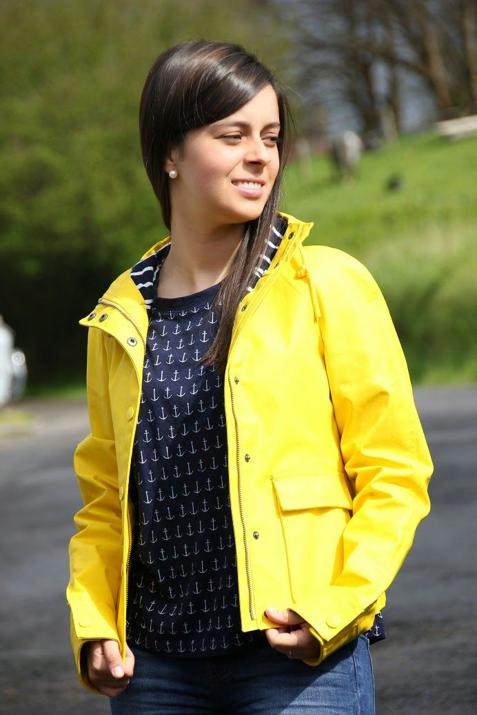 Suddenly Marta: Yellow Raincoat Outfit chubasquero amarillo