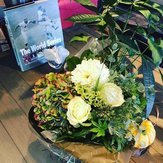 Y〜💕ありがとう♪( ´▽`)素敵な花束💐を頂きました。$$cafeダラダラカフェ☕️🍸🍹本日もラスト入店22:00で23:00まで営業しております😊皆様のお越しを心よりお待ちしております。 #カフェ #高崎 #ランチ #おしゃれランチ #ママ友ランチ #のんびりカフェ #隠れ家的カフェ #ダラダラカフェ #カフェバー #カクテル #お一人様歓迎 #女子会 #パーティ #夜カフェ #バイカーズカフェ #ライダースカフェ #ベスパ #ニューヨーク #ニューヨークメッツ #vespa #newyork #iloveny #newyorkmets #cafe #コーヒー好き #ニューヨーク好