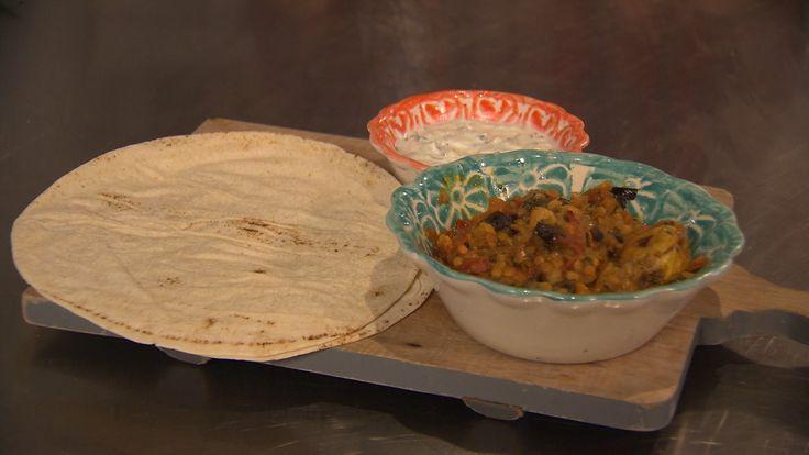 Chef-kok Ramon Brugman maakt een maaltijd die snel op tafel staat. Een gerecht met een zuidelijk tintje: Marokkaanse kip met rode linzen, Arabisch brood en tzatziki.