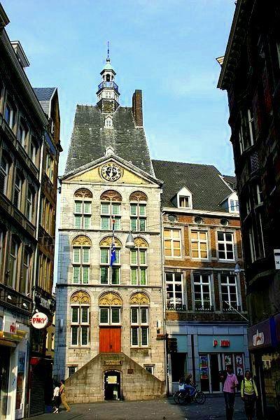 Maastricht - Dinghuis, een middeleeuws gerechtsgebouw n het centrum. De eerste vermelding van den denchuys dateert uit 1399, maar in 1377 stond hier al het huis De Mayo.