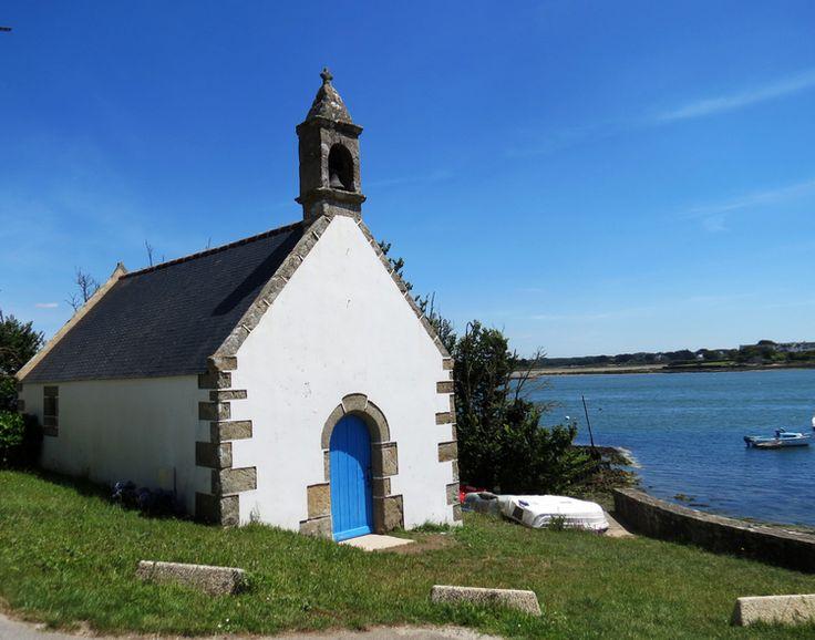 Petite chapelle au bord de la rivière d'Etel. Morbihan
