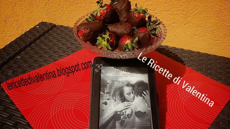 """Le Ricette di Valentina: MANGIA CIO' che leggi # 28: Fragole ricoperte di cioccolato da """"Ali di cenere"""" di Rossella C."""