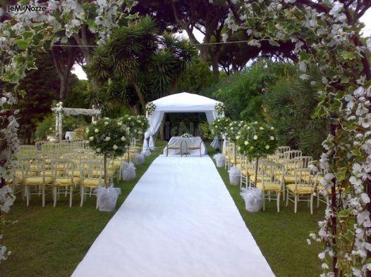 http://www.lemienozze.it/gallerie/foto-fiori-e-allestimenti-matrimonio/img5334.html Allestimento con fiori per il matrimonio bianchi e piante per la cerimonia nuziale in giardino