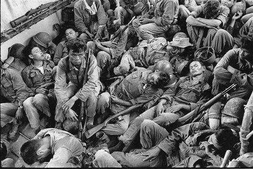 Tropas de Vietnam del Sur hacinadas en un transporte de EEUU. (1962). (Horst Faas/AP)