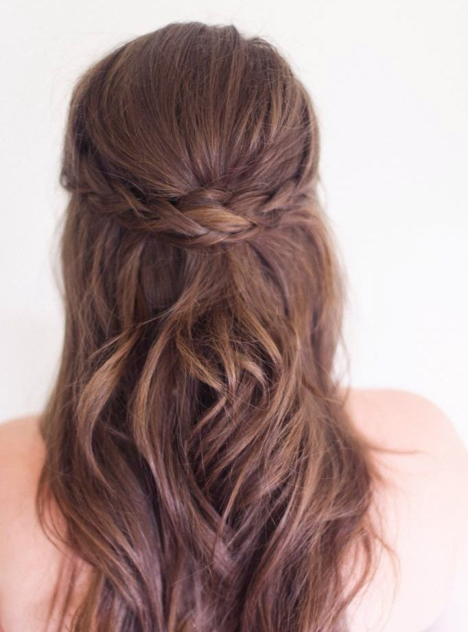 cheveux lâchés et mini couronne de tresses