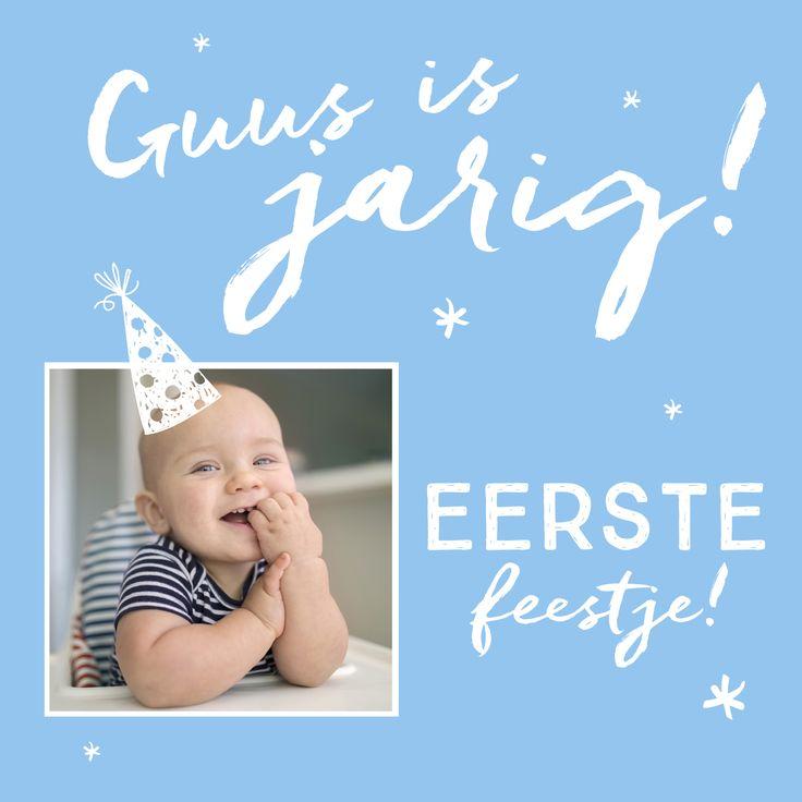 Kinderuitnodiging voor verjaardagsfeestje in lichtblauw met feesthoedje, eigen foto en sterretjes.