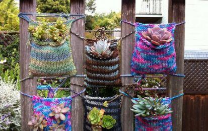 Borse fatte a maglia per contenere le nostre piantine: quando il knitting incontra il giardinaggio! - Ecco per voi una gradevole idea per unire la vostra passione per il lavoro a maglia con la vostra passione per il giardinaggio: delle tasche di lana dove inserire le vostre piantine.