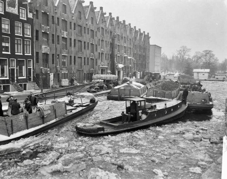 Aanvoer kolen in de Achtergracht te Amsterdam 15 januari 1963.