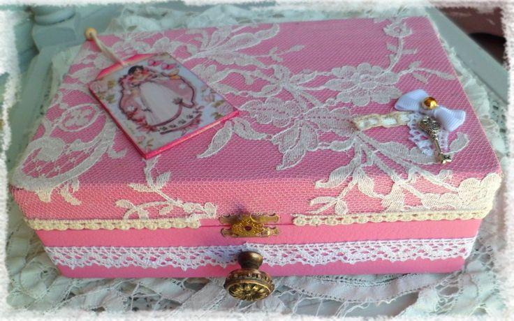 Boîte à bijoux ou boîte à secrets en dentelle romantique