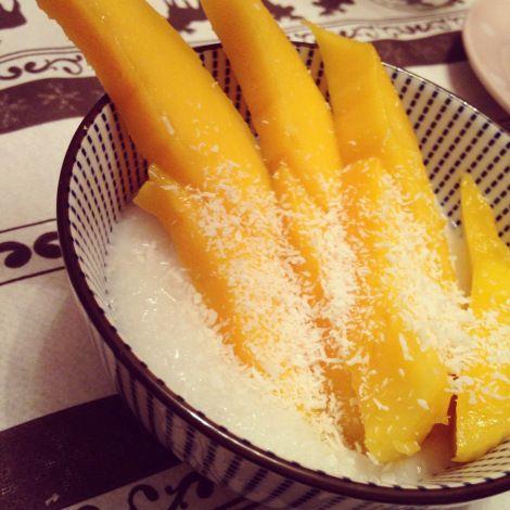 Zoete kleefrijst met mango. Dessert. Nagerecht.