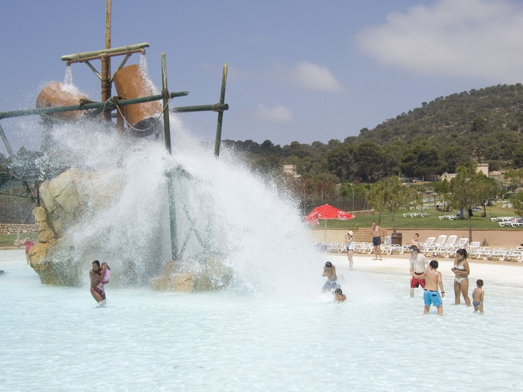 Big Slash Fun! These Water Buckets in Western Park will make it hard for even a grown man to withstand the Water Impact! ----- More Information: http://www.nofrills-excursions.com/excursions-tours-thingstodo/port-alcudia/excursion-mallorca-western-waterpark/