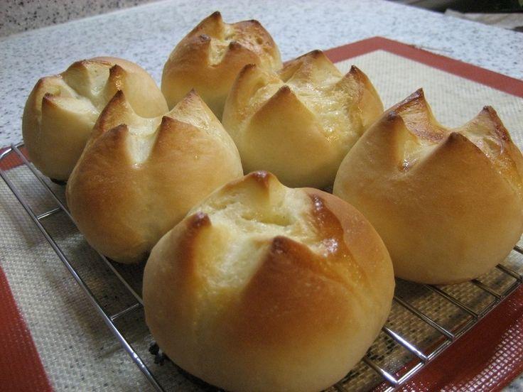 ◆ふわもち練乳パン◆ 生地はノンオイルです☆ 夏ならオーブンの発酵機能を使って、計量5分、手捏ね15分、1次発酵20分、パンチ&丸め10分、2次発酵20分、オーブン余熱15分、焼成10分、合計1時間35分で出来ます。手捏ねで☆アレンジ自在のシンプルパン♪