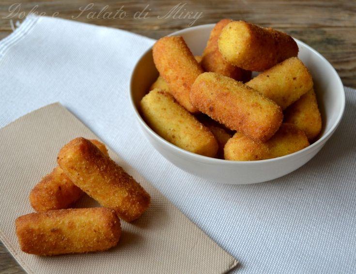 Le crocchette di patate, una ricetta semplice e buona che si può preparare scegliendo il tipo di cottura, al forno o fritte in base ai vostri gusti.