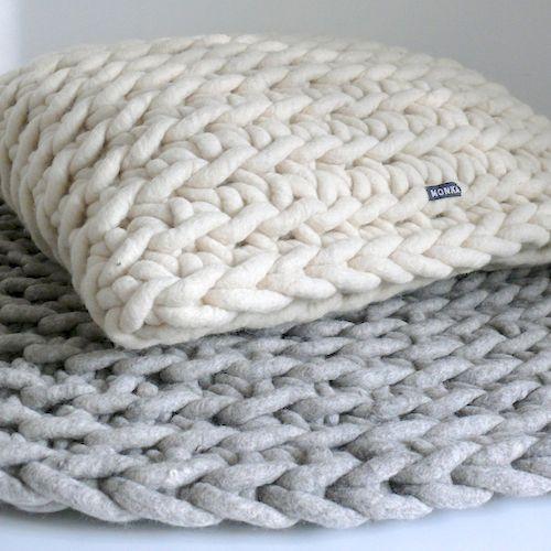 Handgehäkeltes Kissen - Weiß | Barefoot Living by Til Schweiger #interior #deko #wolle