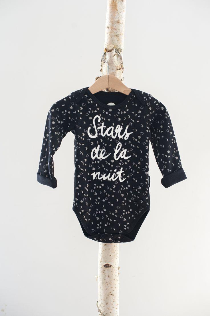 SPROET & SPROUT | ROMPER STARS | €23.95 | Sterren vormen een vernieuwing op de klassieke dots print. Gemaakt van 100% katoenen jersey. #baby #babyromper #romper #bodysuit #sterren #stars #monochroom #zwart/wit #babymode