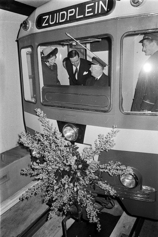 De eerste lijn van de Rotterdamse metro werd geopend op 9 februari 1968 en het was daarmee ook de eerste metrolijn van Nederland. Deze liep van het Centraal Station naar Zuidplein en was destijds met 5,9 km de kortste metrolijn ter wereld.