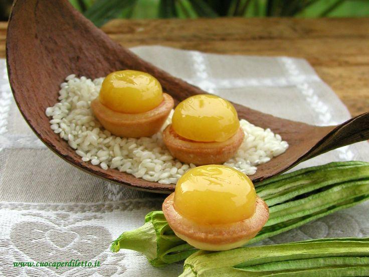 Tartellette al riso con gelee di mango.