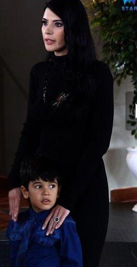 elif siyah elbise ve takı