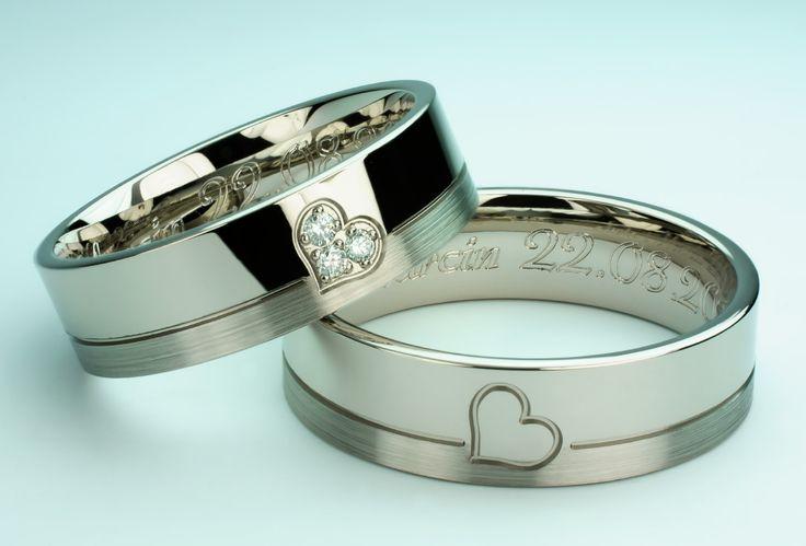 Ślubne obrączki ze złota palladowego z sercem i brylantami.