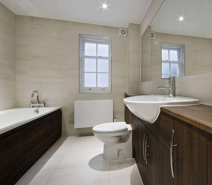 Unser Badezimmer ist der Ausgangspunkt für unser Wohlbefinden. Hier starten wir beschwingt mit einer belebenden Dusche in den Tag oder lassen ihn entspannt in einem wohltuenden Schaumbad ausklingen. Natürlich wünschen wir uns in diesem Raum eine angenehme Wohlfühlatmosphäre - und zu der tragen die richtigen Möbel einen großen Teil bei. Schränke, Regale, Wäschekörbe und Kommoden: Badmöbel aus Holz sorgen für ein warmes Wohnklima und machen aus ein paar Quadratmetern Bad einen echten…
