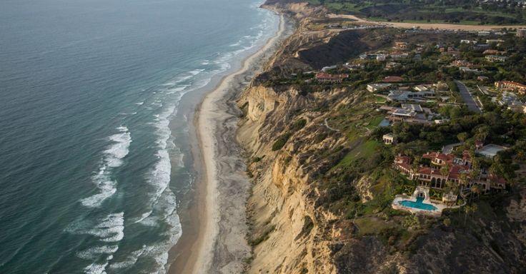 Mansões ao longo da costa do Pacífico, em La Jolla, uma das muitas comunidades que serão servidas pela nova usina de dessalinização em Carlsbad, na Califórnia