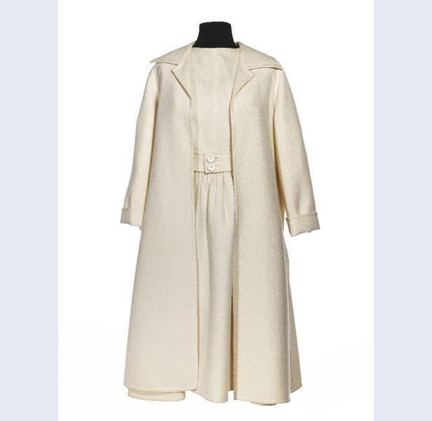 Frans Molenaar [1940- ...] (ontwerper)  Ensemble bestaande uit jurk, jas en ceintuur van crèmekleurige wol met doorgestikte naden  Nederland  circa 1968-1970  wol kunststof metaal  Gemeentemuseum Den Haag: 1005431
