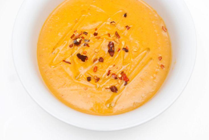 Med sin mettende egenskap og runde smak er søtpotet en utmerket middag. Denne suppen signertVegetarbloggensMari Hult har en nydelig kremet konsistens og frisk tvist av chili.    Topp suppen med litt tørkede chiliflak og olivenolje til servering. Kombiner den gjerne med godt suppebrød.