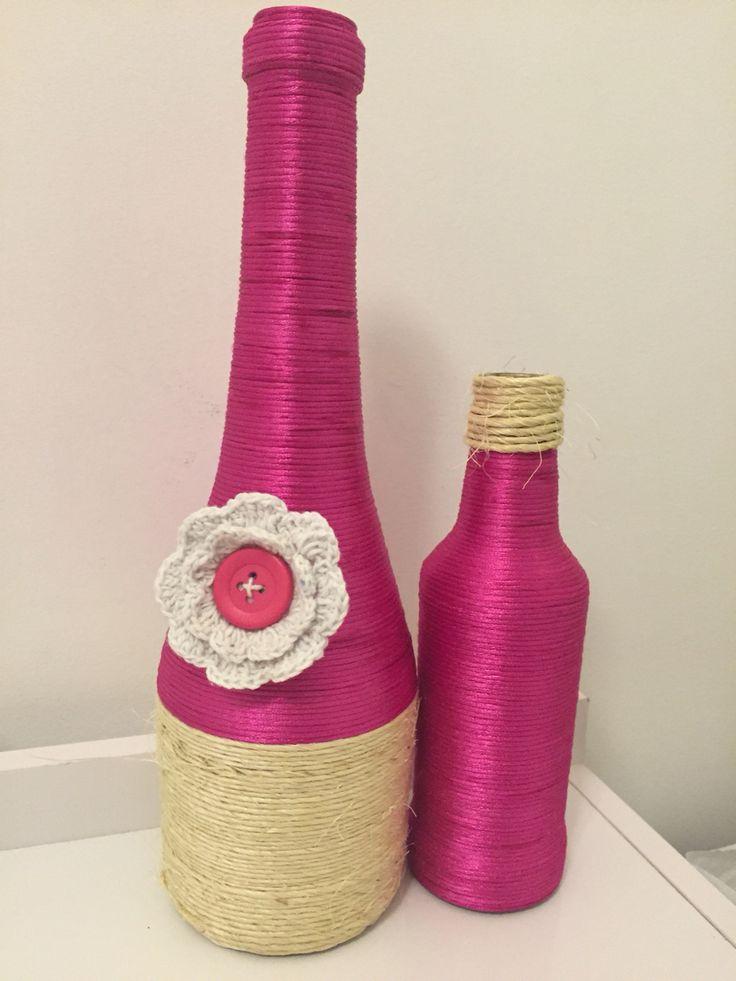 Garrafa decorada com fio de cetim, sisal e flor de crochê