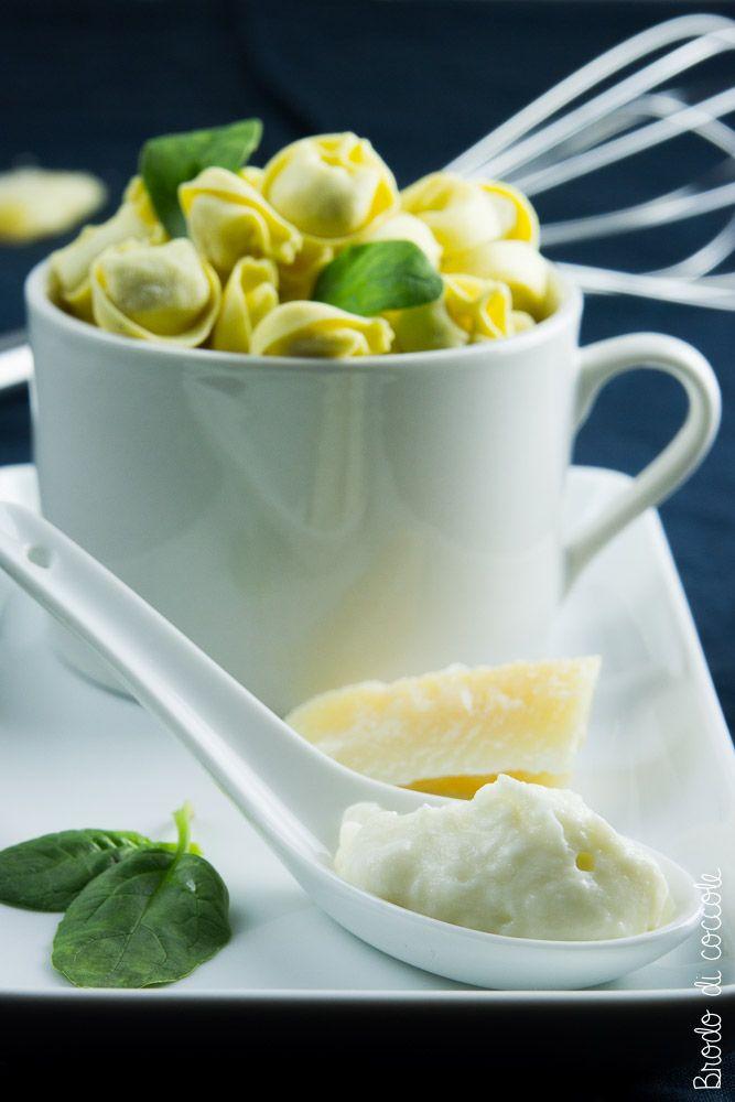 La salsa al Parmigiano Reggiano è un ottimo condimento per la pasta o per gratinare con gusto carni e verdure. Si prepara in un attimo e finisce sempre troppo in fretta.