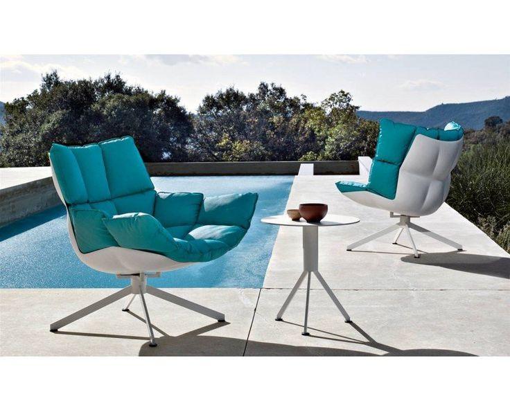 Der Husk Sessel von B&B Italia wurde 2011 von Patricia Urquiola entworfen. Der Sessel steht auf einem 4-Fußgestell aus Aluminium und ist nicht drehbar. Die Schale des Sessels wird aus Hirek Kunststoff gefertigt und das Kissen wird mit Drucknöpfen auf dem Stuhl befestigt. Der Bezug des Kissens ist abnehm und waschbar und aus dem Stoff 28 Eleo mit der Farbe 810 hergestellt.#Der Husk Sessel ist auf Anfrage auch in anderen Farben  und weiteren Polstervarianten erhältlich.