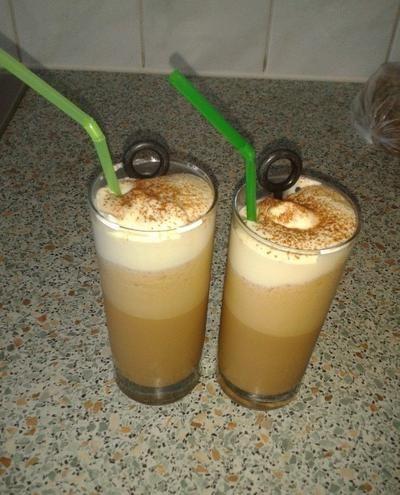 Heerlijke ijscappuccino om zelf te maken. Benodigdheden per persoon: 2 flinke scheppen roomijs 2 kopjes espresso 2 theelepels karamel siroop opgeklopte slagroom Laat de espresso afkoelen in de vriezer en gooi dan alles in de blender behalve de slagroom. Als je alles door elkaar hebt gemixt doe je het in een longdrink, een beetje slagroom erop, cacao om het af te maken en genieten maar! Veel succes!