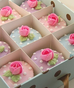 Great cupcakes for Easter (Cakedoodledo). Love both the colors and the polka dots.