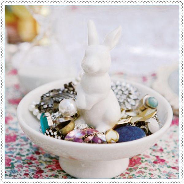 Ce matin, un lapin, a trouvé des bijoux !FaïenceDimensions : 10 x 12 cm