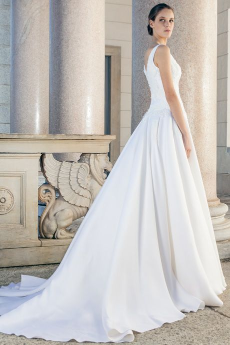 Simple wedding dress of silk with a great train of Giuseppe Papini