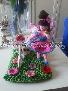 Cloe, la piccola fatina dei fiori che annusa una rosa gialla, mentre passeggia su un prato fiorito con la sua biciclettina. Se volete vedere altre mie creazioni, vi aspetto sul mio blog