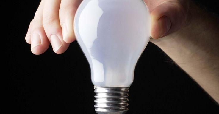 Como funciona um medidor de energia elétrica?. Os medidores de energia elétrica medem a quantidade de energia usada por uma casa em uma unidade chamada quilowatt-hora (kWh). A energia elétrica é medida em Watts. Os aparelhos elétricos são classificados por sua velocidade de consumo de eletricidade em Watts. Por exemplo, uma lâmpada incandescente típica usa 75 Watts, enquanto um micro-ondas usa ...
