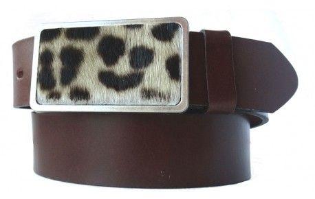 Dunkelbrauner Gürtel aus Echtleder mit viereckiger Schnalle im Leoparden-Design.Entscheiden Sie sich für diesen Gürtel, wenn Sie Ihren ganz eigenen Geschmack in Sachen Mode unterstreichen wollen. Dafür müssen Sie bei der Qualität auf nichts verzichten. Das kräftige Leder stammt aus Italien und wurde sorgfältig gefärbt. Die Schnalle mit dem Fell-Einsatz in Leoparden-Optik ist aus nickelfreiem Metall. Wir bieten Ihnen verschiedene Längen an, damit Ihr neuer Gürtel perfekt passt.